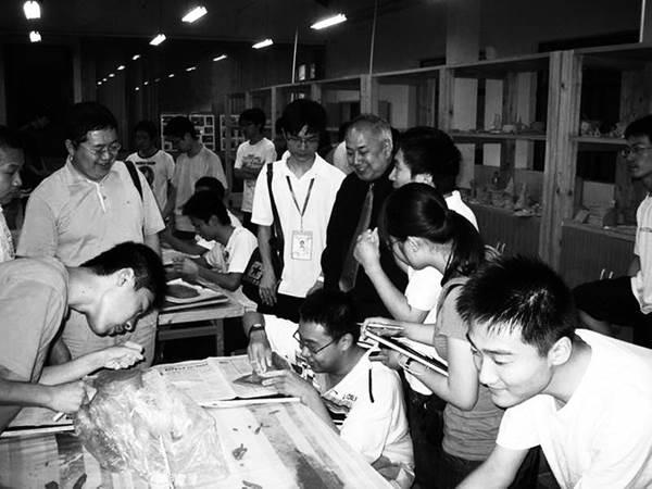 习近平总书记在中国科学院第十七次院士大会、中国工程院第十二次院士大会上讲话时指出:未来总是属于年青人的。拥有一大批创新型青年人才,是国家创新活力之所在,也是科技发展希望之所在。我劝天公重抖擞,不拘一格降人才。广大院士不仅要做科技创新的开拓者,更要做提携后学的领路人。希望广大院士肩负起培养青年科技人才的责任,甘为人梯,言传身教,慧眼识才,不断发现、培养、举荐人才,为拔尖创新人才脱颖而出铺路搭桥。广大青年科技人才要树立科学精神、培养创新思维、挖掘创新潜能、提高创新能力,在继承前人的基础上不断超越。